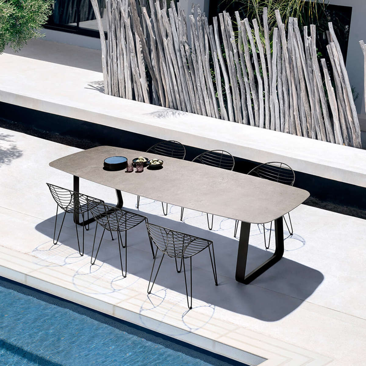 Modern Garden Co Curve Table Amb 2