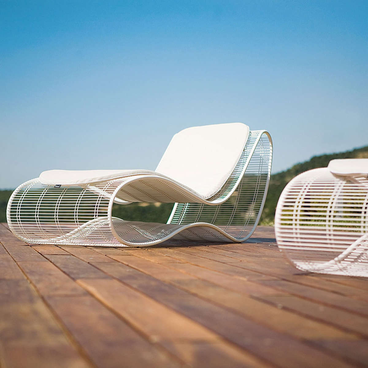 Light Steel Mesh Ergonomic Contour Design Sun Lounger White Cushions